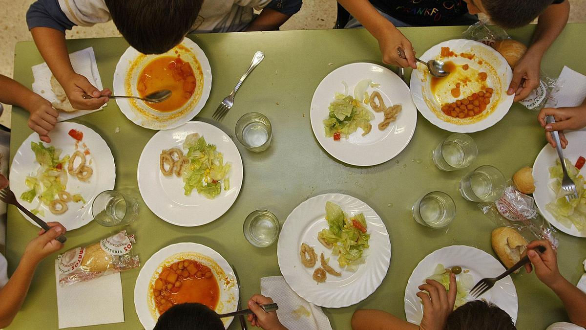 Niños comiendo en un comedor escolar de Málaga.
