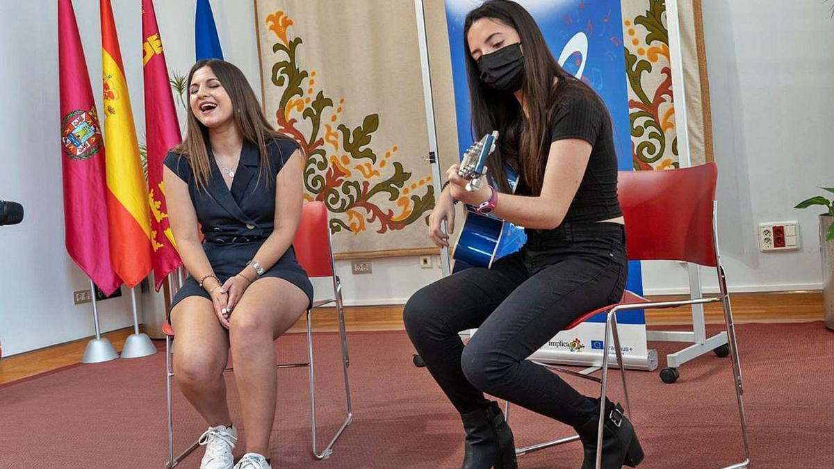 La joven Claudia Vergotti (i) amenizó la presentación del programa con una actuación en directo en el Palacio Consistorial.