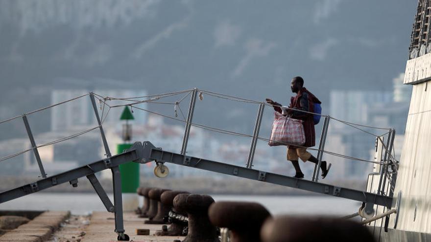 L'Audaz desembarca a San Roque les 15 persones rescatades per l'Open Arms