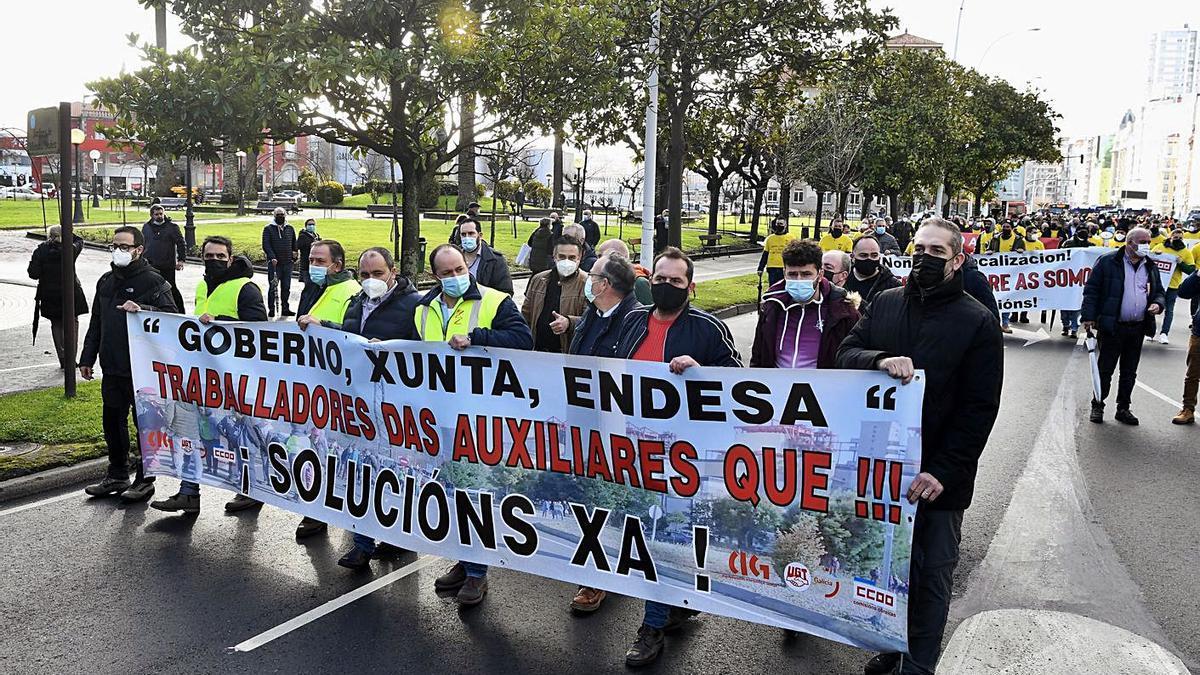 Trabajadores de Endesa y empresas auxiliares de As Pontes en una protesta en A Coruña.     // CARLOS PARDELLAS