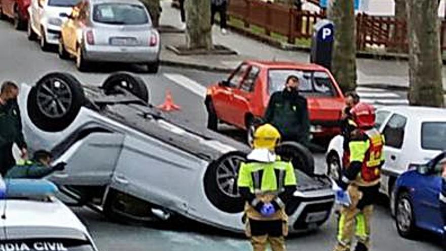 Trasladada al hospital tras volcar con su coche en el centro de Betanzos