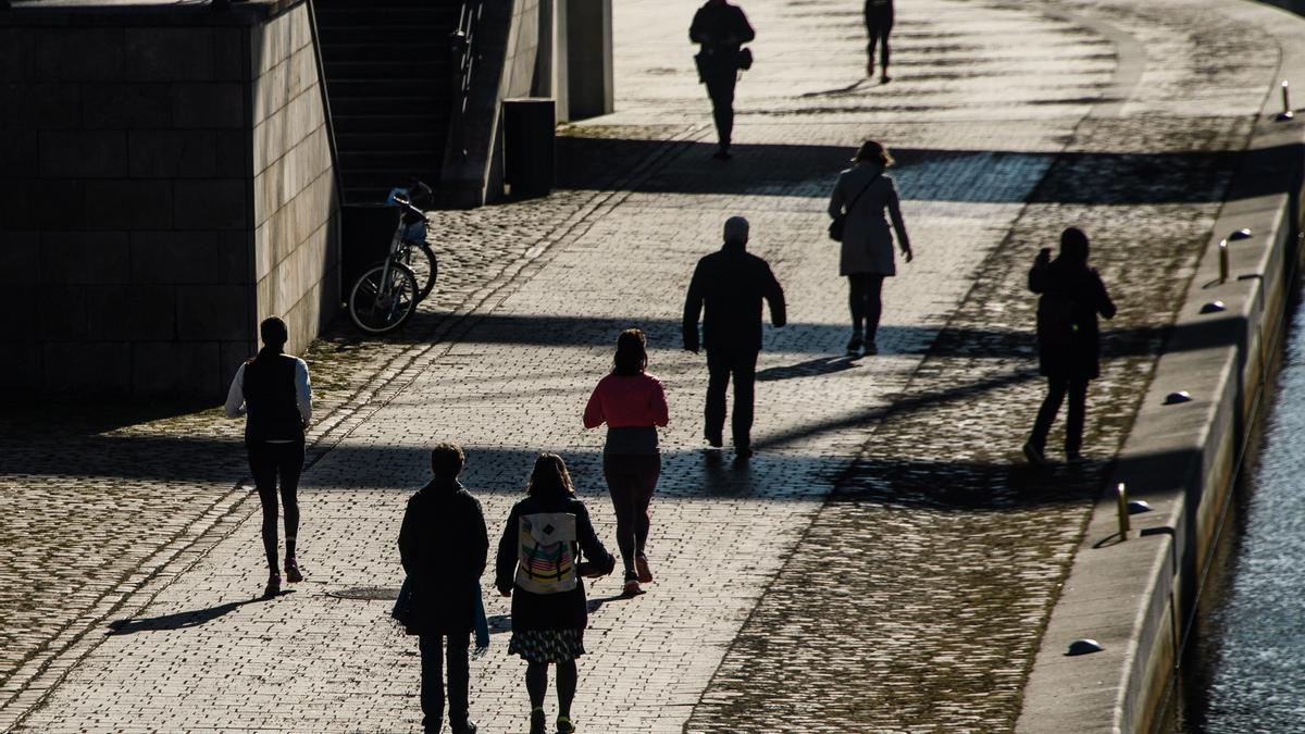 Personas pasean en el centro de Berlín