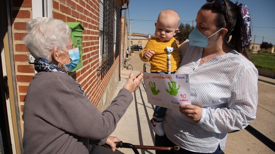 VÍDEO | Una zamorana de 90 años ve por primera vez a su bisnieto tras un año separados por el COVID