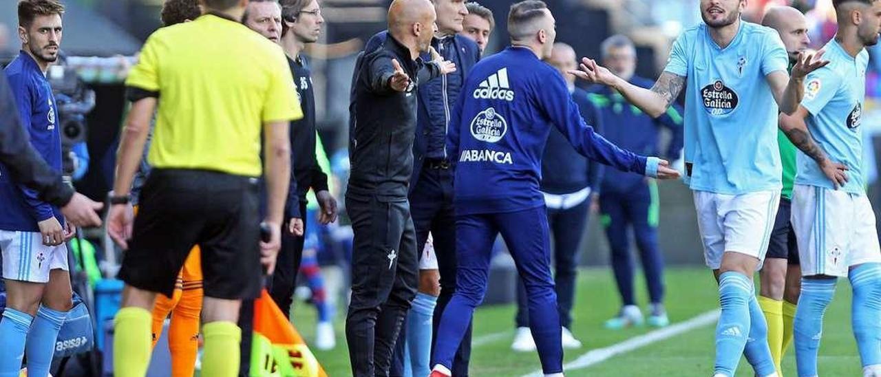 El banquillo y los futbolistas del Celta protestan la expulsión de Boudebouz al comienzo del segundo tiempo. // Marta G.Brea