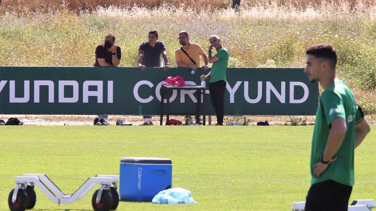 Juanito, entre Herrerías y Ortega, este lunes, en el entrenamiento del Córdoba CF en la Ciudad Deportiva.