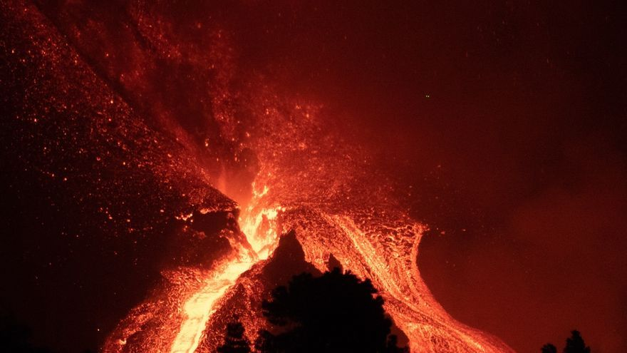 Preparats nous confinaments per la imminent arribada d'una altra colada del volcà de La Palma a l'oceà