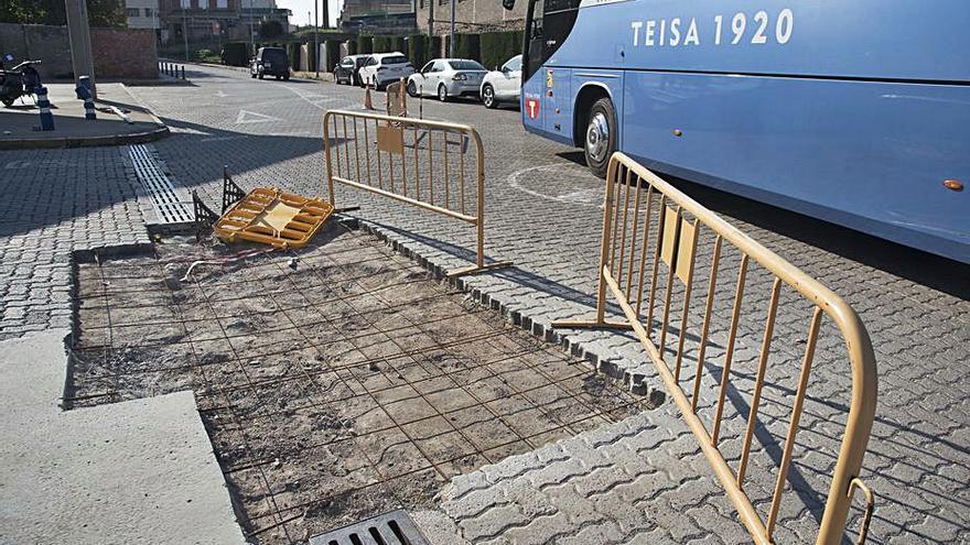 Tarden set mesos a tapar un forat al mig de la calçada de l'estació d'autobusos