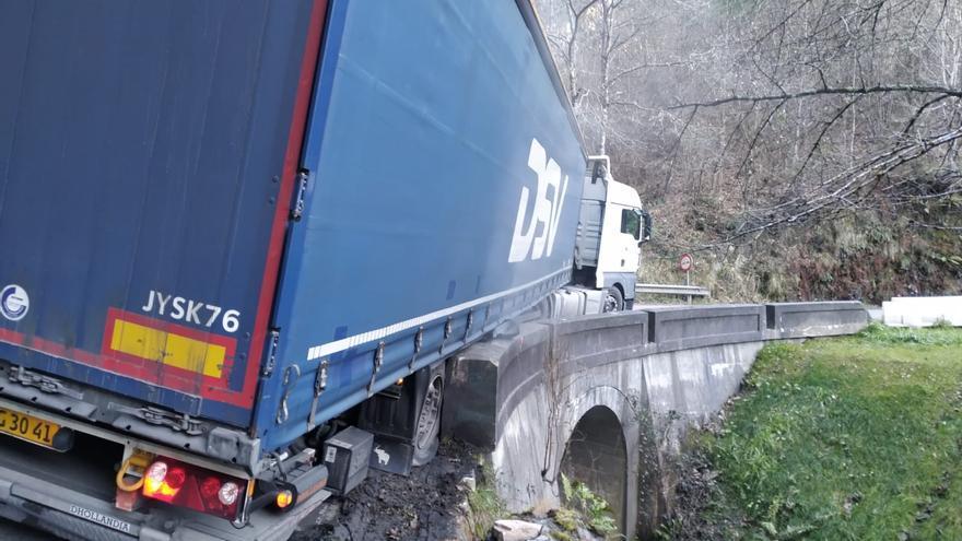 Un camión con matrícula polaca se queda atascado y corta la vía a la salida de Navelgas