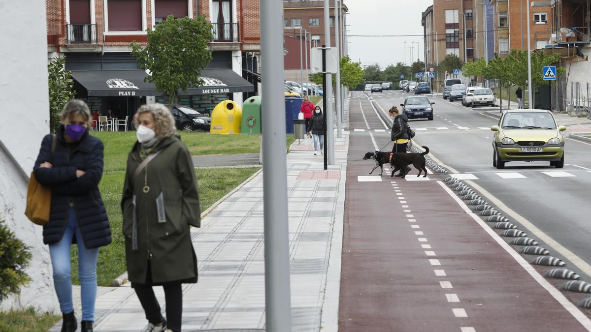 Carril bici en la calle Santa Isabel, en Lugones.