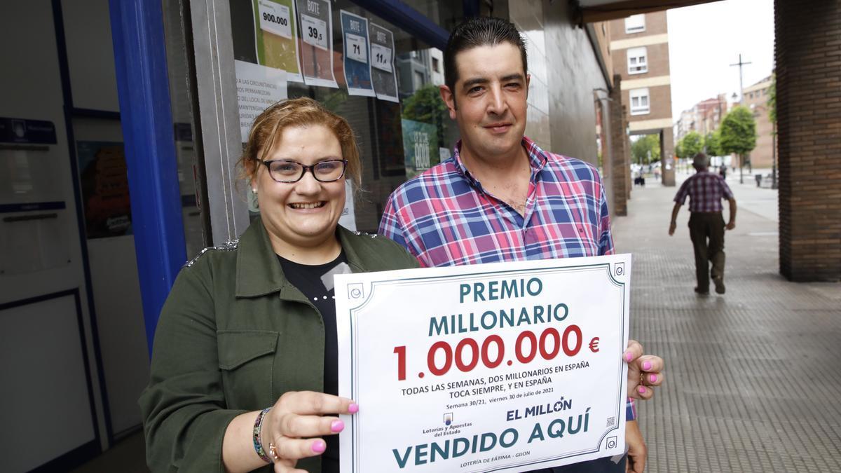 Elisa Hevia y su marido, Ángel Arenas, delante de la administración donde se selló el boleto, en La Calzada.