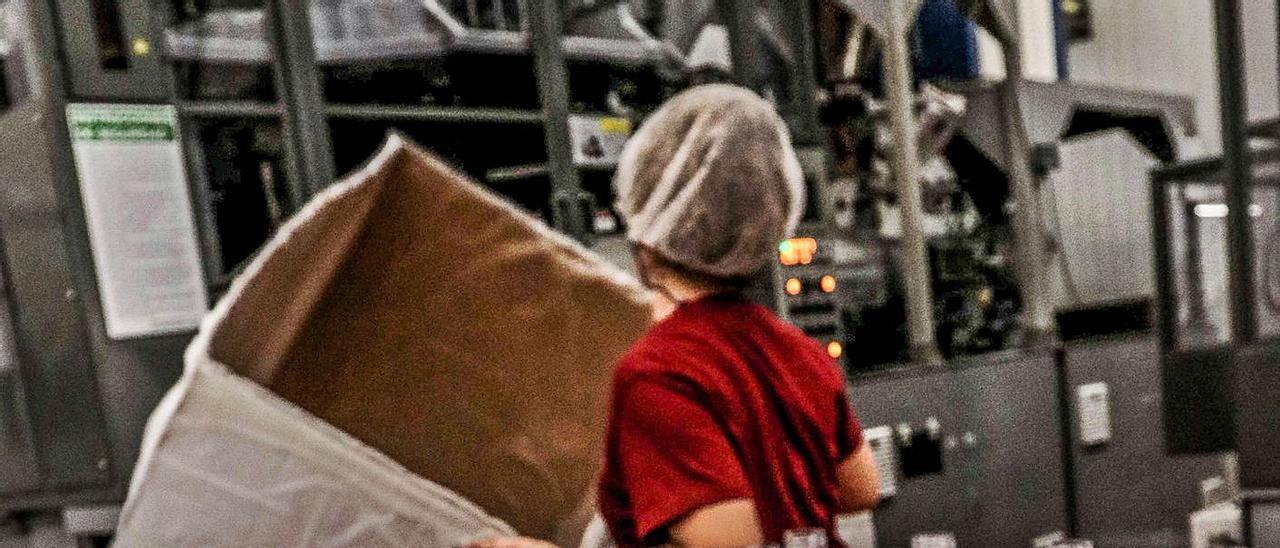 Fabricación de envases de plástico en una empresa de Ibi. | JUANI RUZ