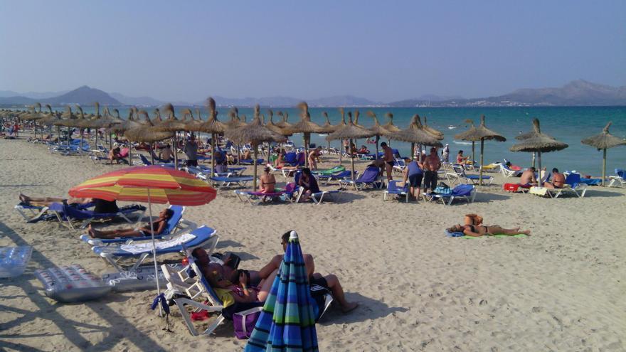 Bañistas critican que les echaron por estar sobre la arena en una zona de hamacas de Can Picafort