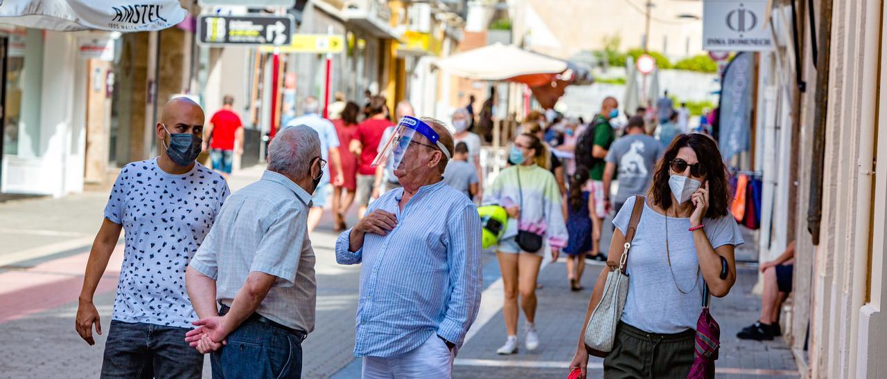 Imagen reciente de una calle peatonal con gran actividad comercial y hostelera en Dénia.