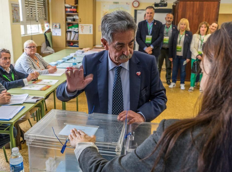 Revilla vota en su colegio electoral en Astillero