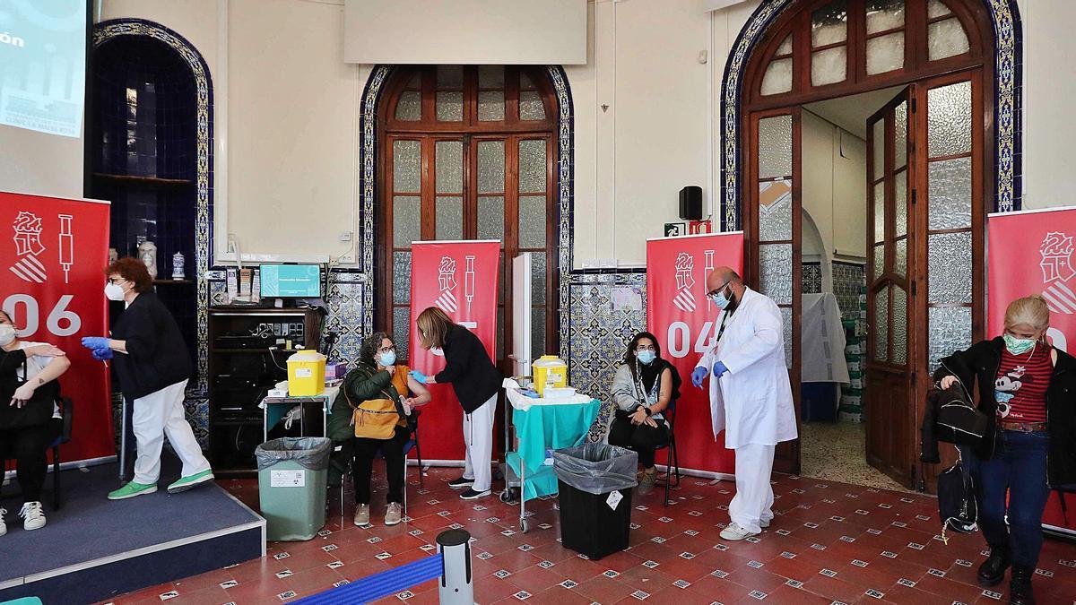 Panorámica del dispositivo de vacunación organizado en el Hospital de la Malva-rosa de València, uno de los 25 puntos habilitados en la C. Valenciana.    J. M. LÓPEZ