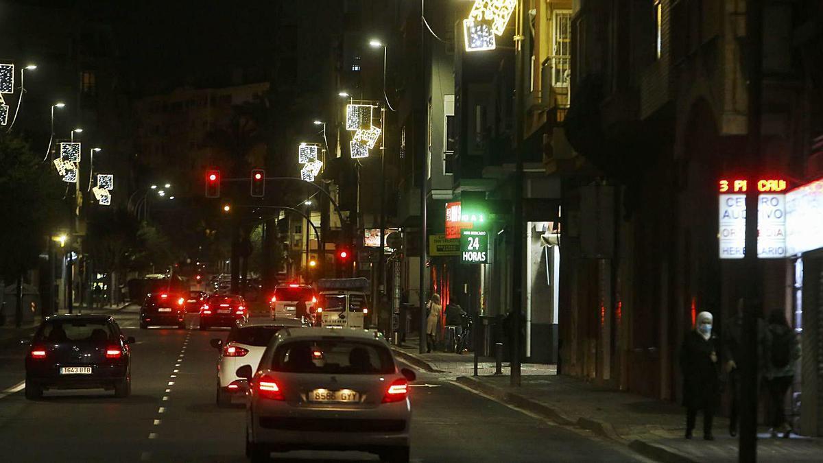 Luces de Navidad que los comerciantes consideran insuficientes en la avenida de Alcoy.
