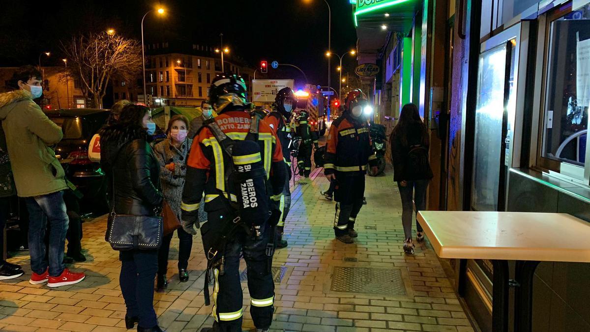 Los bomberos de Zamora frente al bloque donde ocurrió el escape de gas en la avenida del Cardenal Cisneros.