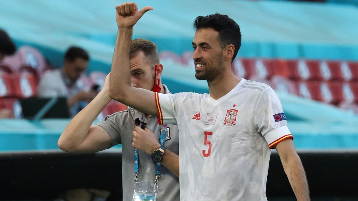 Sergio Busquets greets with the Spanish team.
