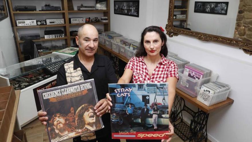 """Una pareja abre una tienda de vinilos en Tui: """"Nos dicen que estamos locos"""""""
