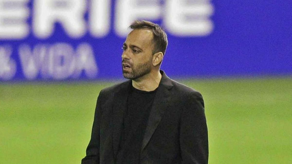 Fran Fernández, dirigiendo al equipo en el Heliodoro. | | LALIGA