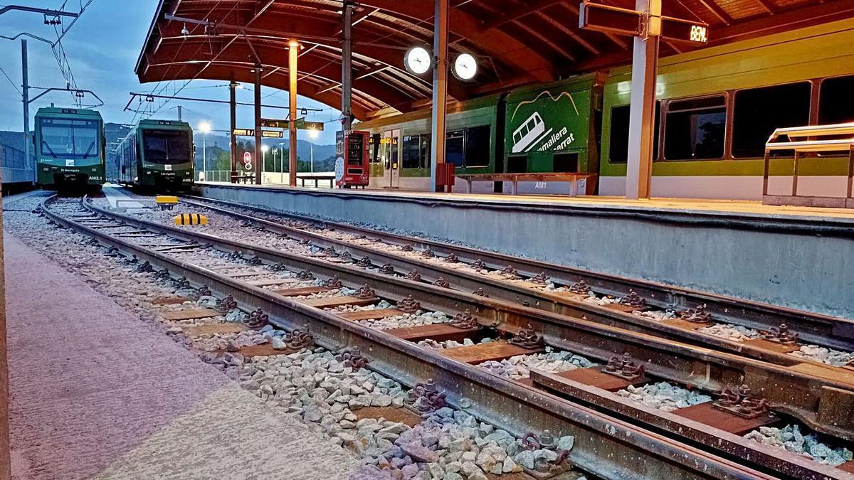 En aquesta imatge es poden veure tres trens coincidint a l'estació del Monistrol-Vila | FGC