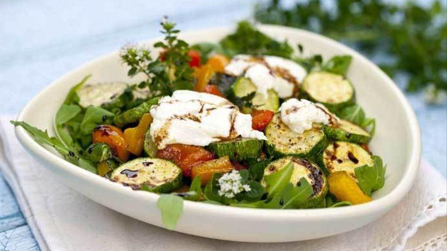 La receta perfecta para cenar: ensalada de rollitos de pavo