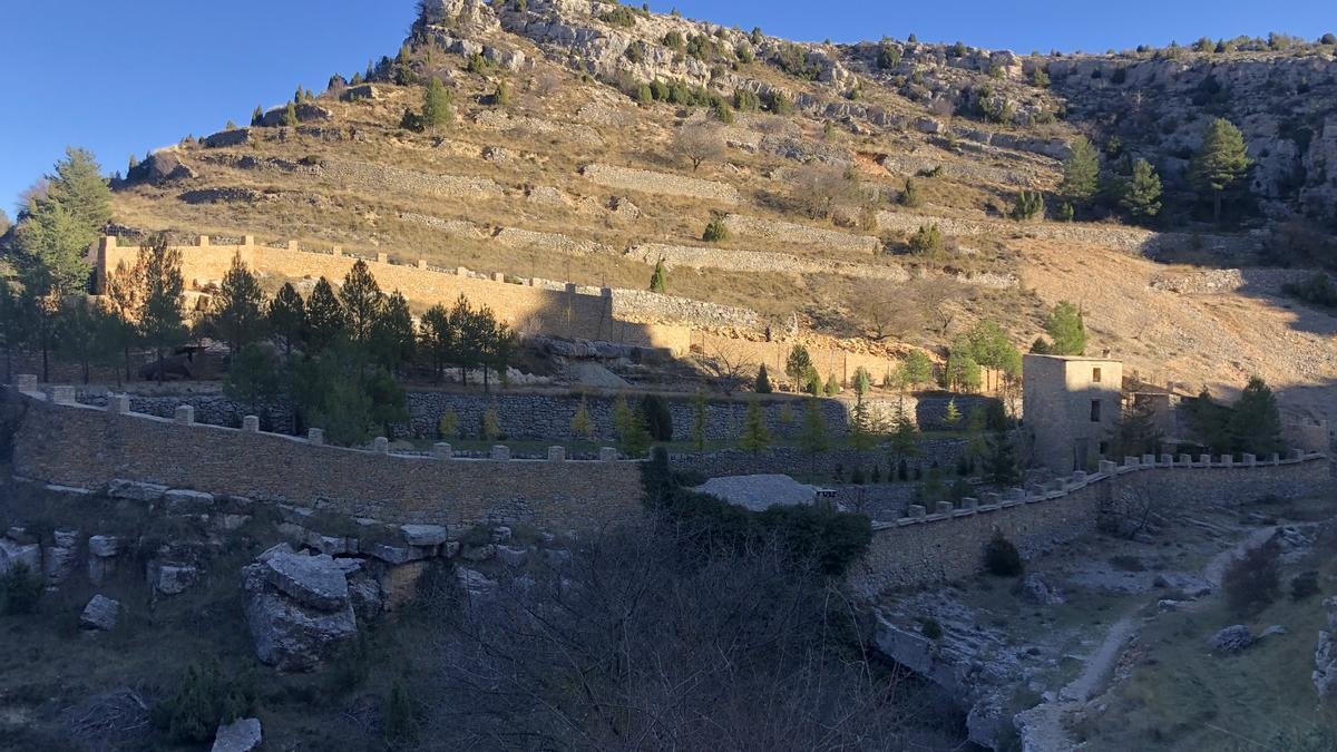 Un valenciano construye una 'muralla china' alrededor de su finca
