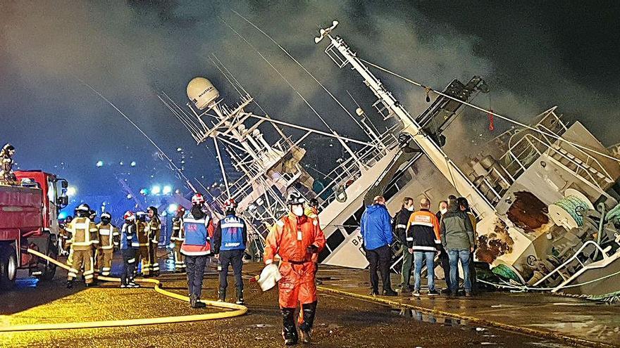 Un arrastrero se hunde en el puerto de Vigo tras un incendio