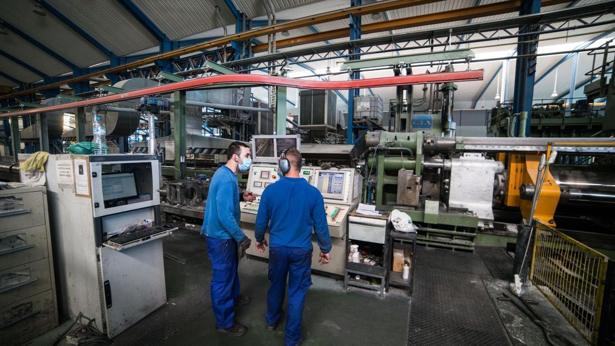 Varios trabajadores durante su jornada laboral en una fábrica de Toledo.