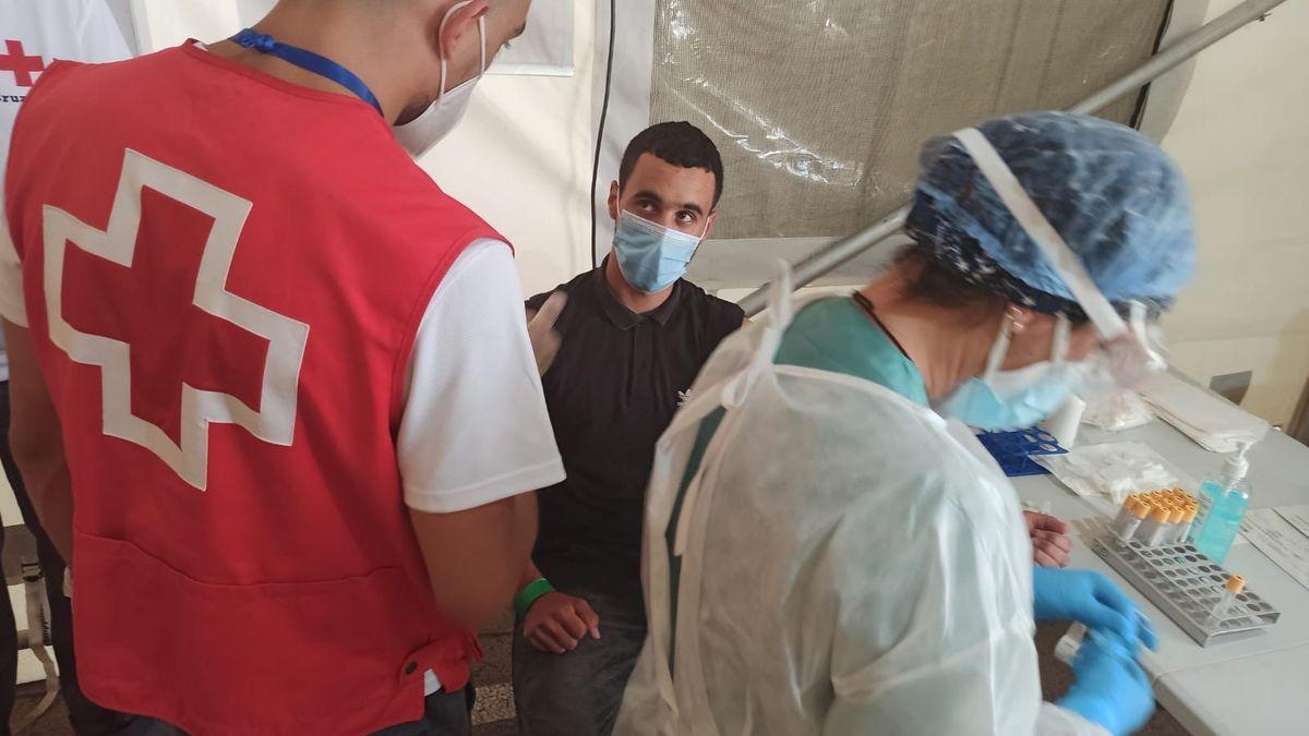Uno de los inmigrantes de la patera durante el reconocimiento médico en el puerto de Alicante.