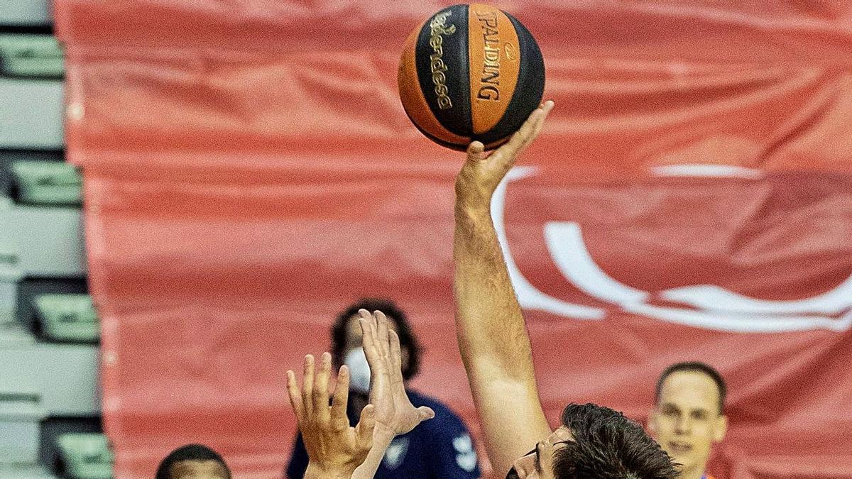 Bojan Dubljevic se eleva para encestar, ayer en Murcia. | EFE/MARCIAL GUILLÉN