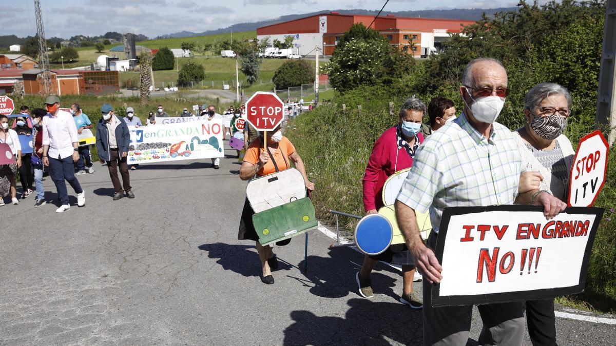 Protesta vecinal en Granda contra de la ITV.