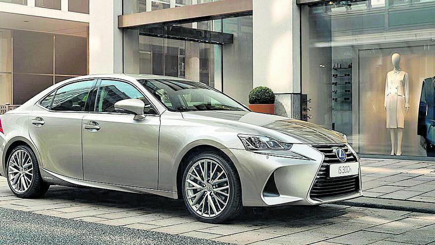 Lexus IS 300h: Una berlina premium híbrida y con 223 CV por 29.800€ en Lexus Murcia