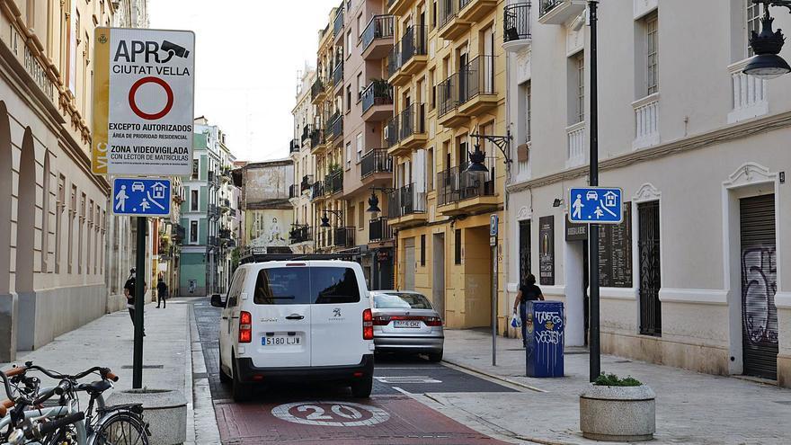 El cierre parcial al tráfico de Ciutat Vella sorprende a los conductores