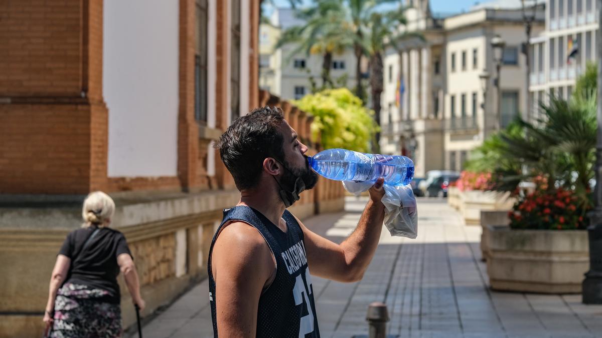 Un hombre bebe agua en Badajoz, en una jornada en la que los termómetros han superado los 40º.