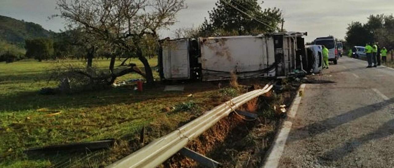 El camión de basuras en el que viajaban las dos víctimas volcó entre s'Esgleieta y Palmanyola.