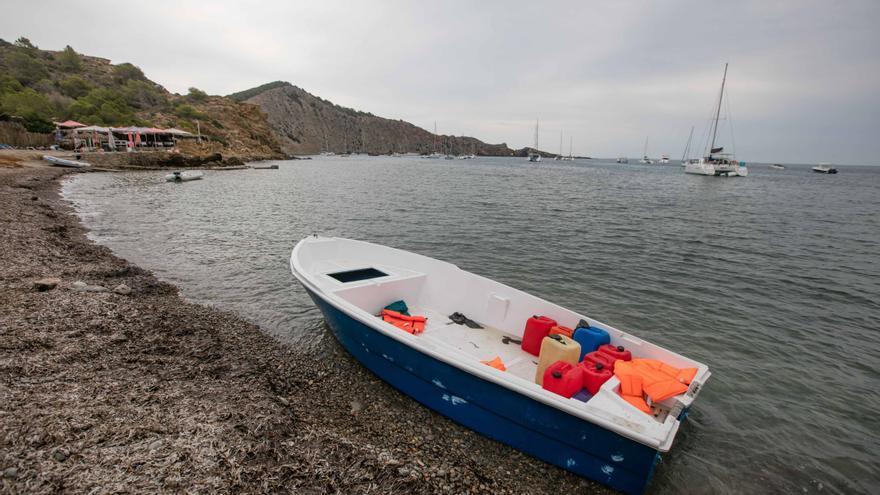 12 hombres rescatados de una patera en alta mar llegan hoy a Ibiza