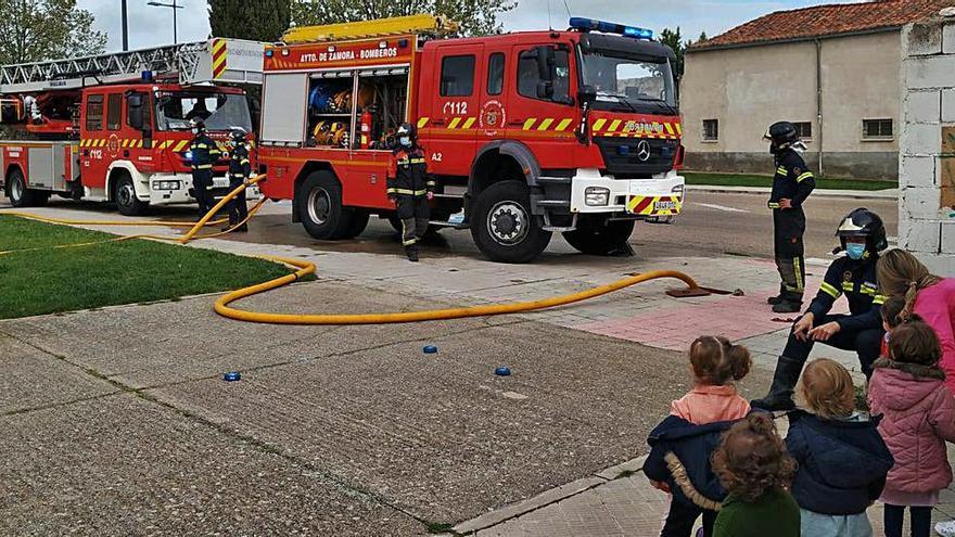 Los bomberos de Zamora enseñan su trabajo a los más pequeños