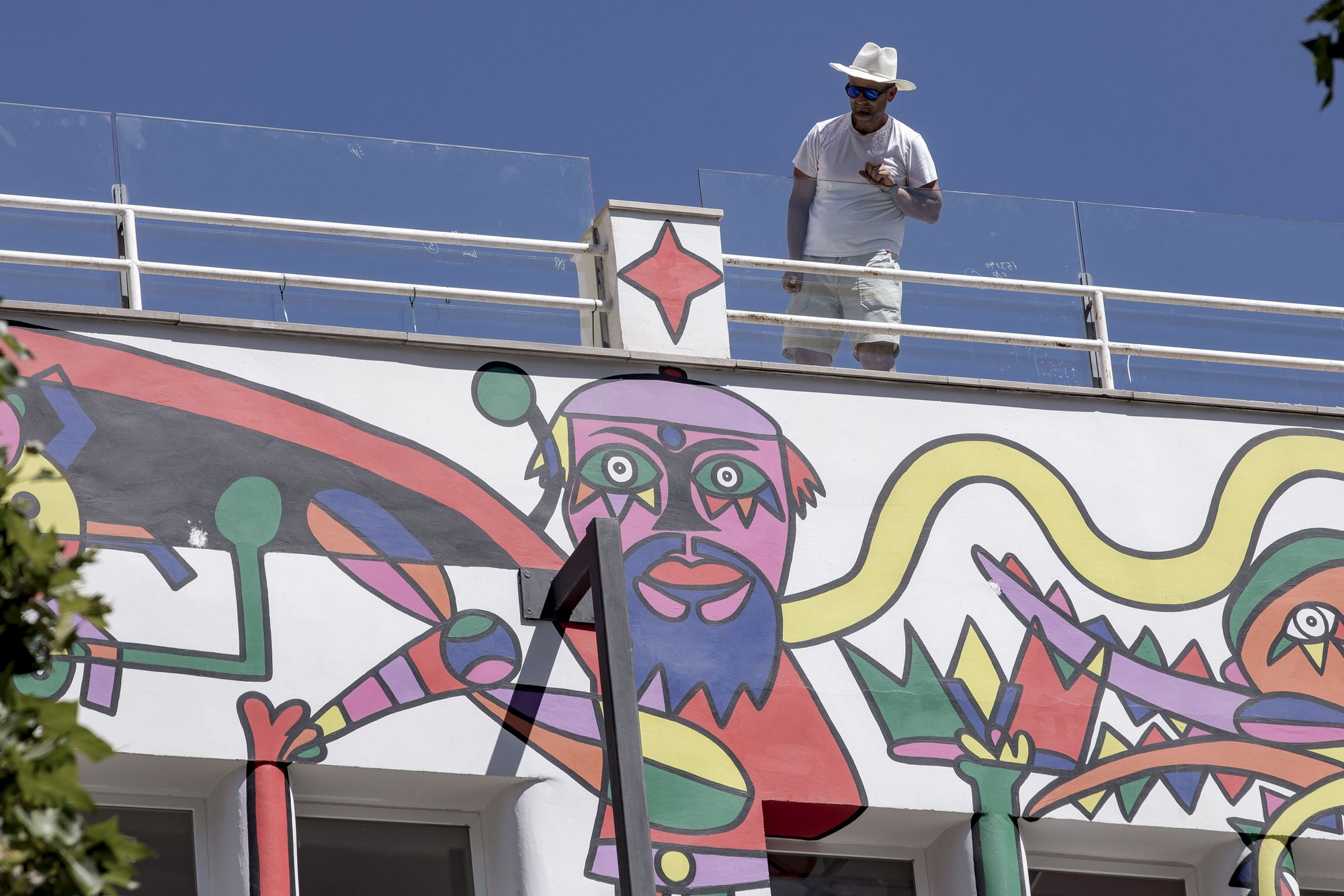 El Hotel Artmadams ya muestra el mural de Mesas