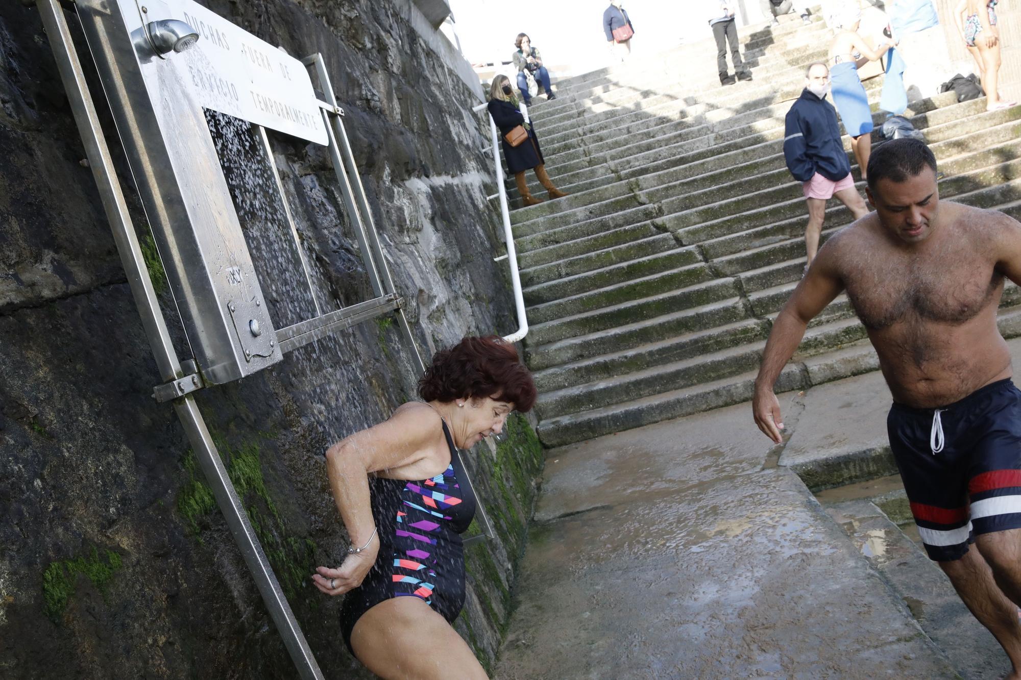 Los ba�istas de la Escalerona, en la playa de San Lorenzo (4).jpg