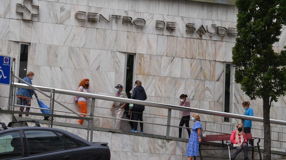 Pacientes haciendo cola en el centro de salud de O Castrillón.