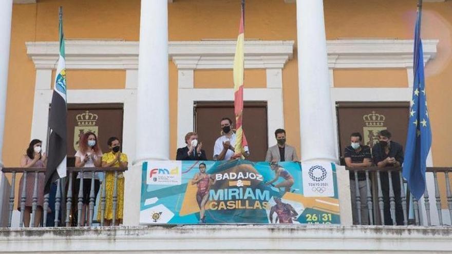 Despliegan una pancarta en el ayuntamiento en apoyo a Miriam Casillas