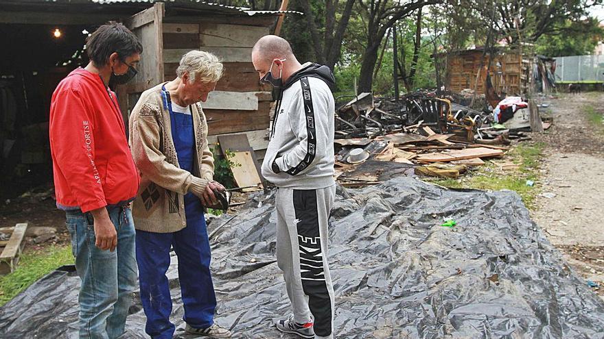 Un herido leve al arder dos infraviviendas en un poblado chabolista de O Vinteún