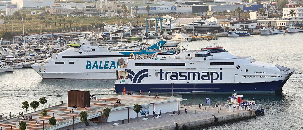 Dos de los buques que operan entre Eivissa y Formentera, en el puerto de Vila