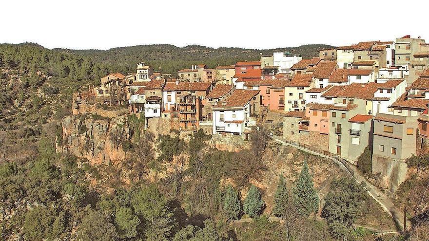 TURISMO EN CASTELLÓN | Fuente la Reina, las casas colgantes de la Serra d'Espadà