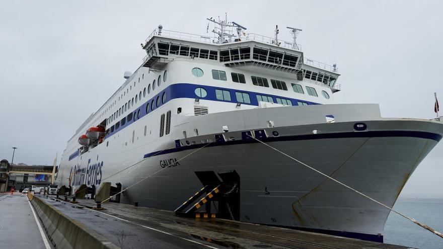 Un centenar de camioneros atrapados en Reino Unido llegan en ferry a Santander