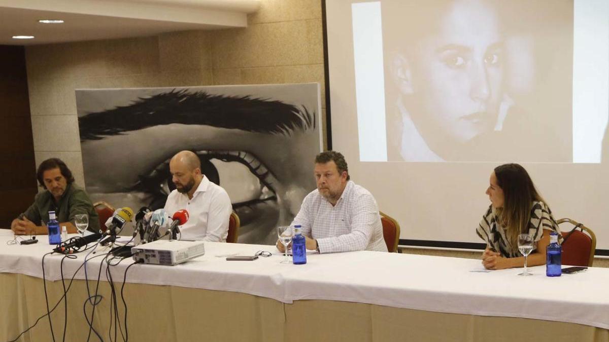 Los abogados Ramón e Ignacio Amoedo flaqueados por los hermanos de la víctima José y Rosa, hoy en la rueda de prensa. // A. Villar