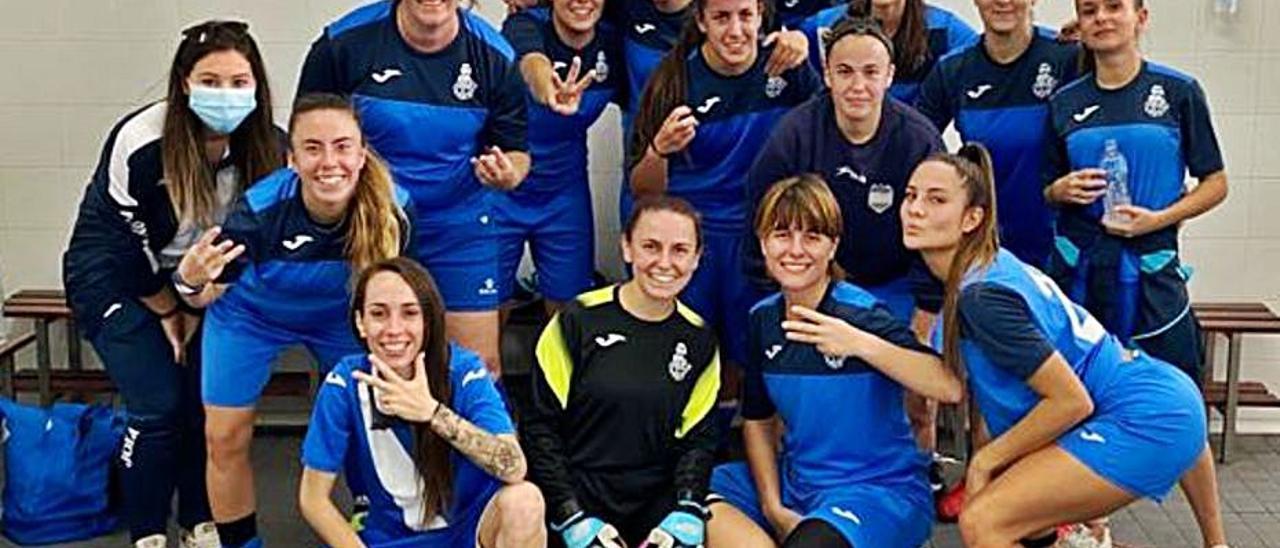 Las jugadoras del Almussafes celebran su victoria.   LEVANTE-EMV