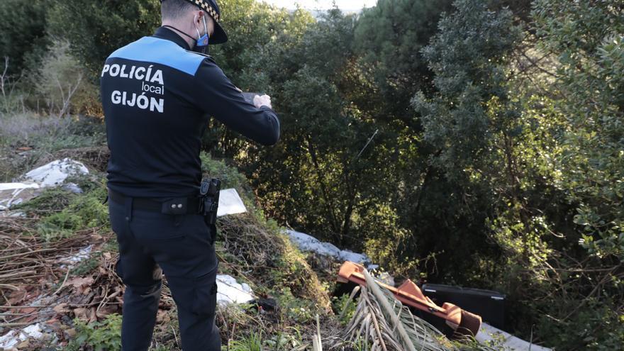 Los vertederos ilegales se duplican en la zona Oeste de Gijón: la Policía Ambiental ha localizado 94 puntos