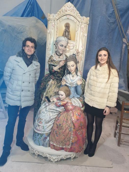 Al día siguiente de la exaltación de Consuelo Llobell, el doctor José Remohí, fallero de Almirante Cadarso, visita el ninot con la fallera mayor, Carla Fuster